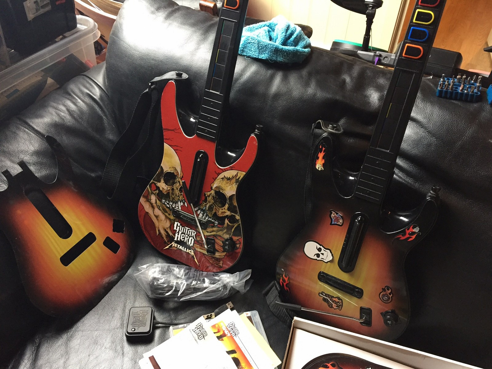 Guitar Hero World tour PS3 - Rælingen  - Guitar Hero World tour til PS3 med to gitarer, mikrofon og trommesett. Den ene gitaren er Metallica edition, har bare en trommestikke til trommesettet. Finner bare en trådløs mottaker til gitarene. Micen er aldri tatt ut av plasten. Her er  - Rælingen