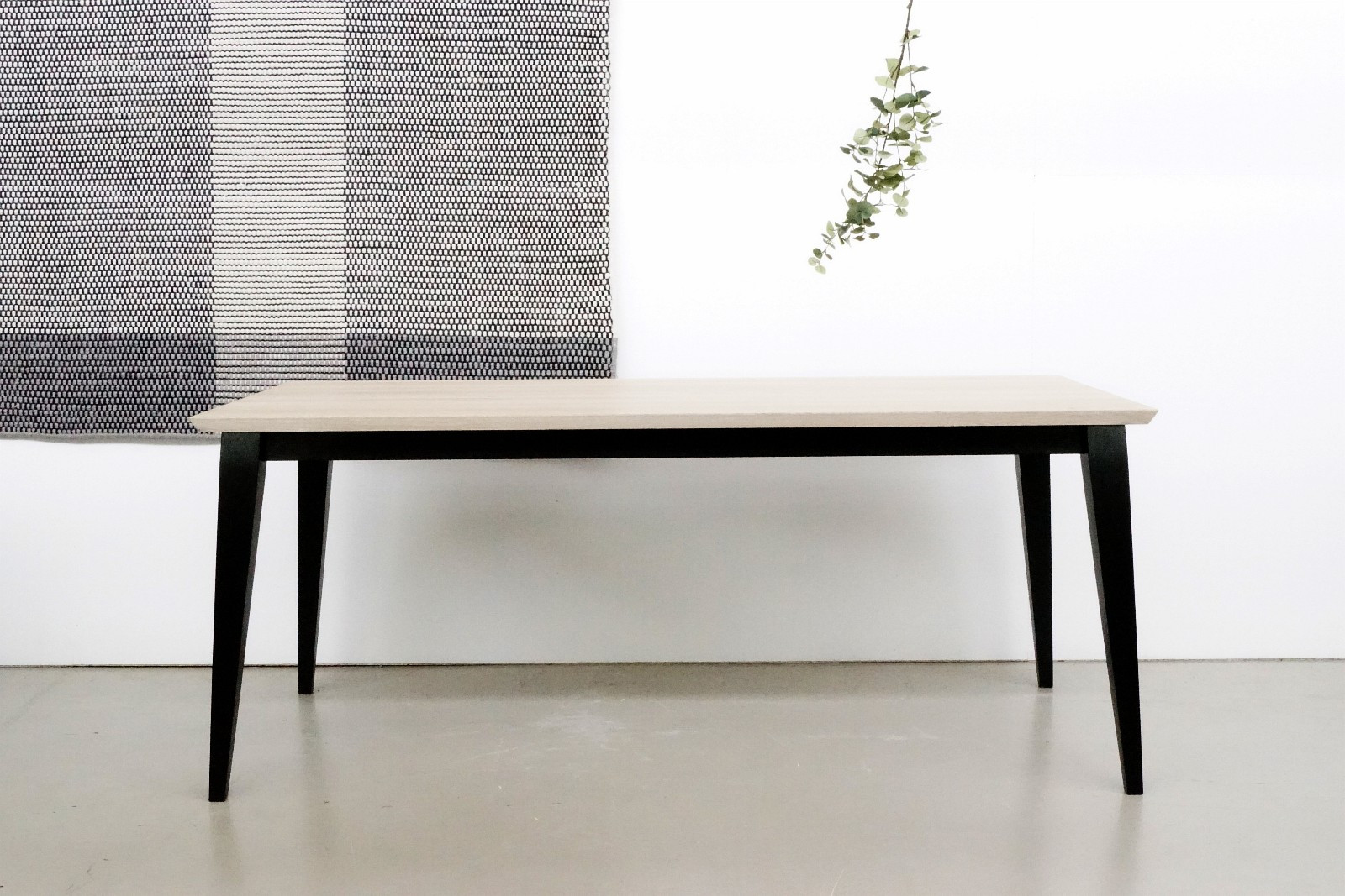 Simply spisebord 180x90 heltre eik med hele staver, sorte eller grå ben - Høvik  - Heltre bord med hvitoljed topp og sortmalte ben. 180x90. Det finnes tilleggsplater, 50x90. kr. 1950,- / stk  Fantastisk fint bord i heltre med hele staver og 100 år gammel eik. - Høvik