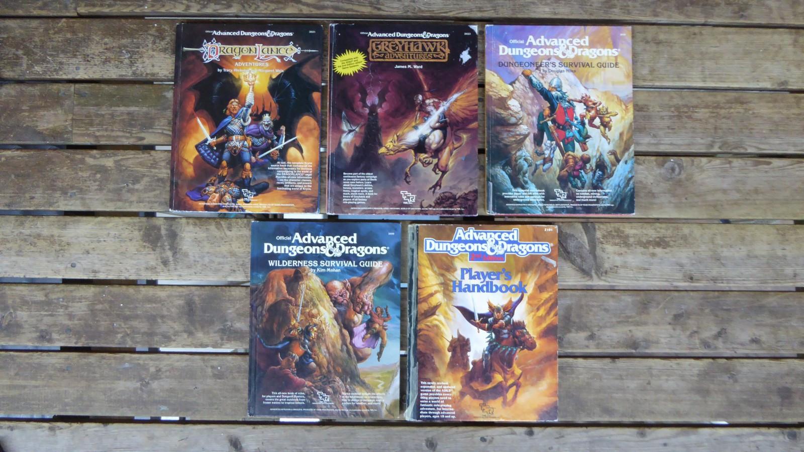 AD&D bøker - Færvik  - 5 bøker til Advanced Dungeouns & Dragons, alle fra andre halvdel av 80-tallet.  Stort sett okay stand, Player's Handbook har endel teip på ryggen, se ellers bilder for tilstand.  Titler; -Player's - Færvik