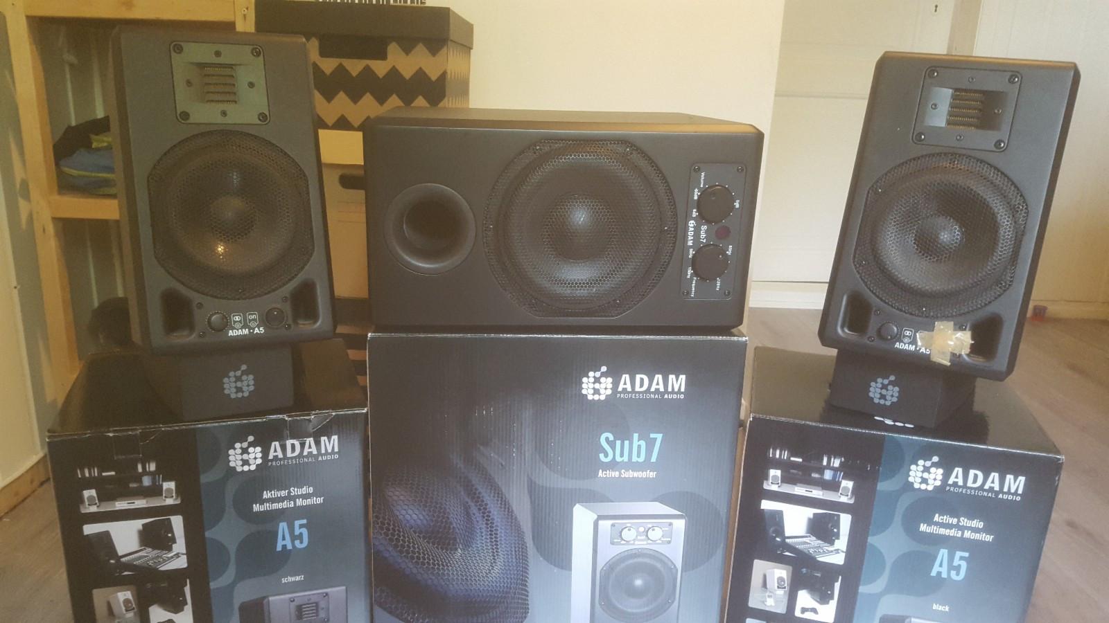 Adam A5 studio monitorer med A7 sub inkl stativ og kabler - Støren  - Selger et studio monitor oppsett da det ikke lenger er i bruk. Dette er bra og kjent highend merke med veldig god lyd som kan anbefales for mindre studio og hobbymusikere som er kresen på lydkvaliteten.  Settet består av: 2stk - Støren