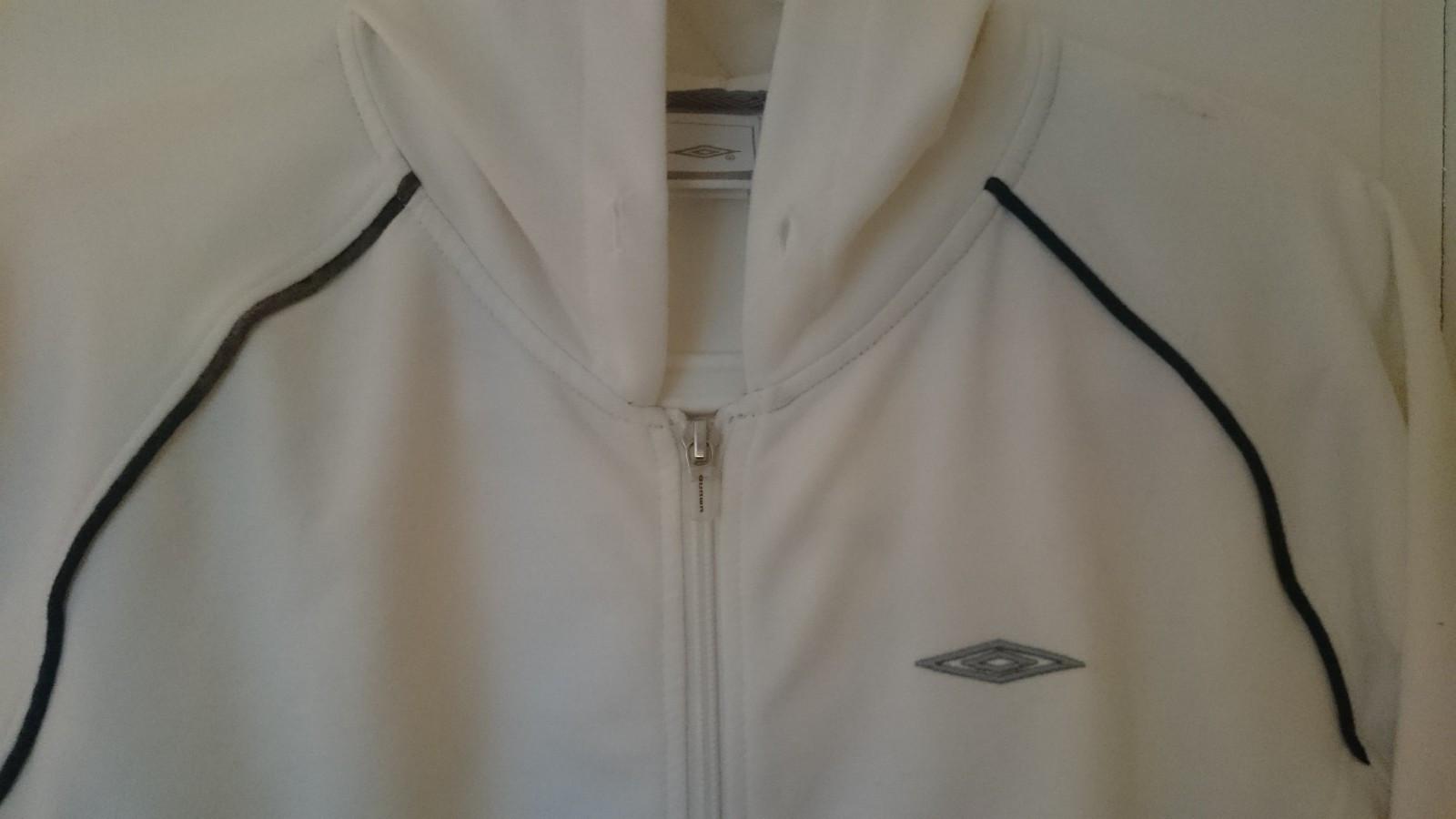 Umbro jakke str. 42 - Mathopen  - Umbro jakke hvit str 42 Ubrukt Bud er ok - Mathopen