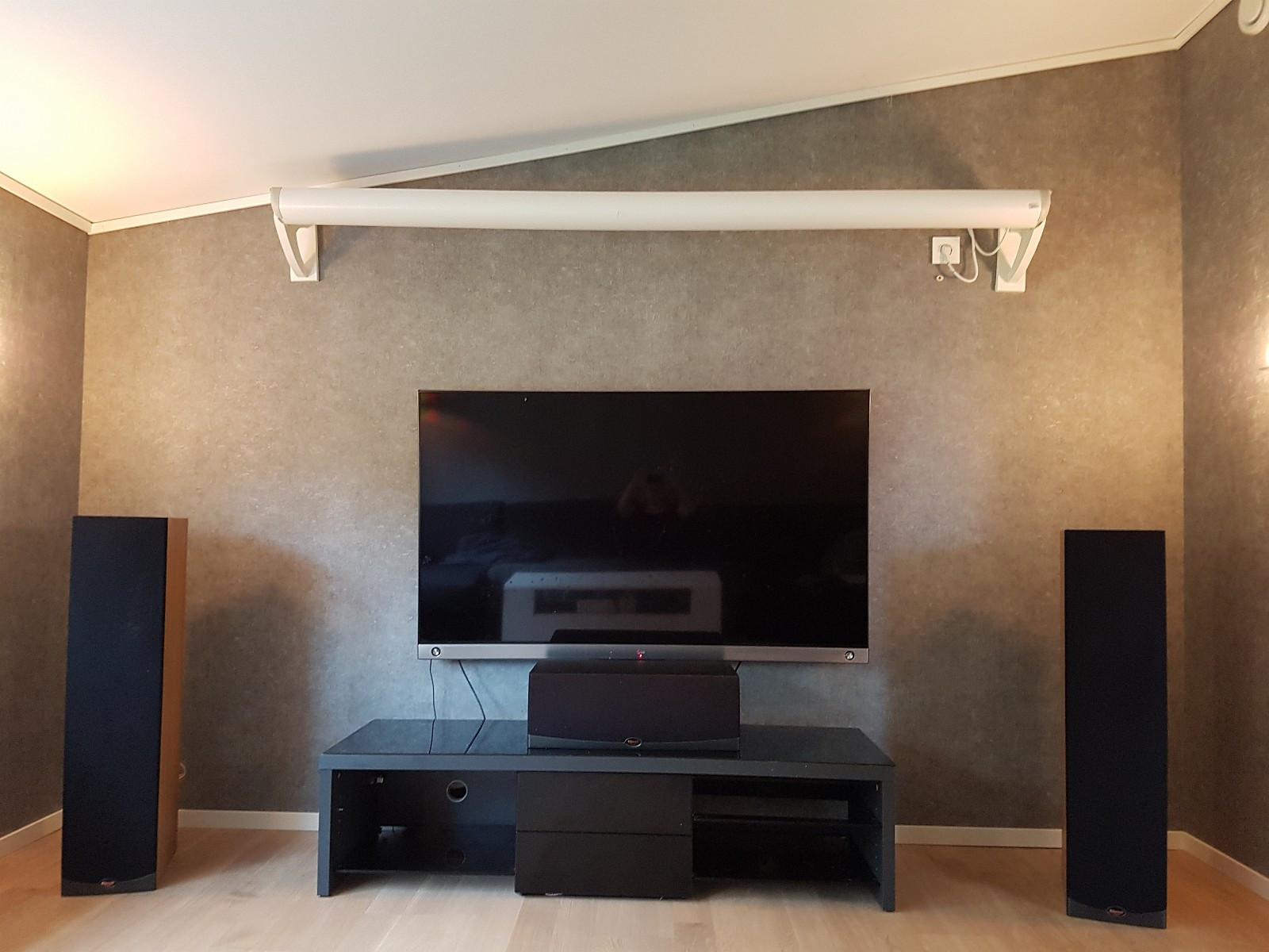 TV benk - Hommersåk  - Mørk grå med svart glassplate på topp, tre svarte glassplater til hyller og to svart høyglans skuffer.   Lengde 155, høyde 38, dybde 49 - Hommersåk