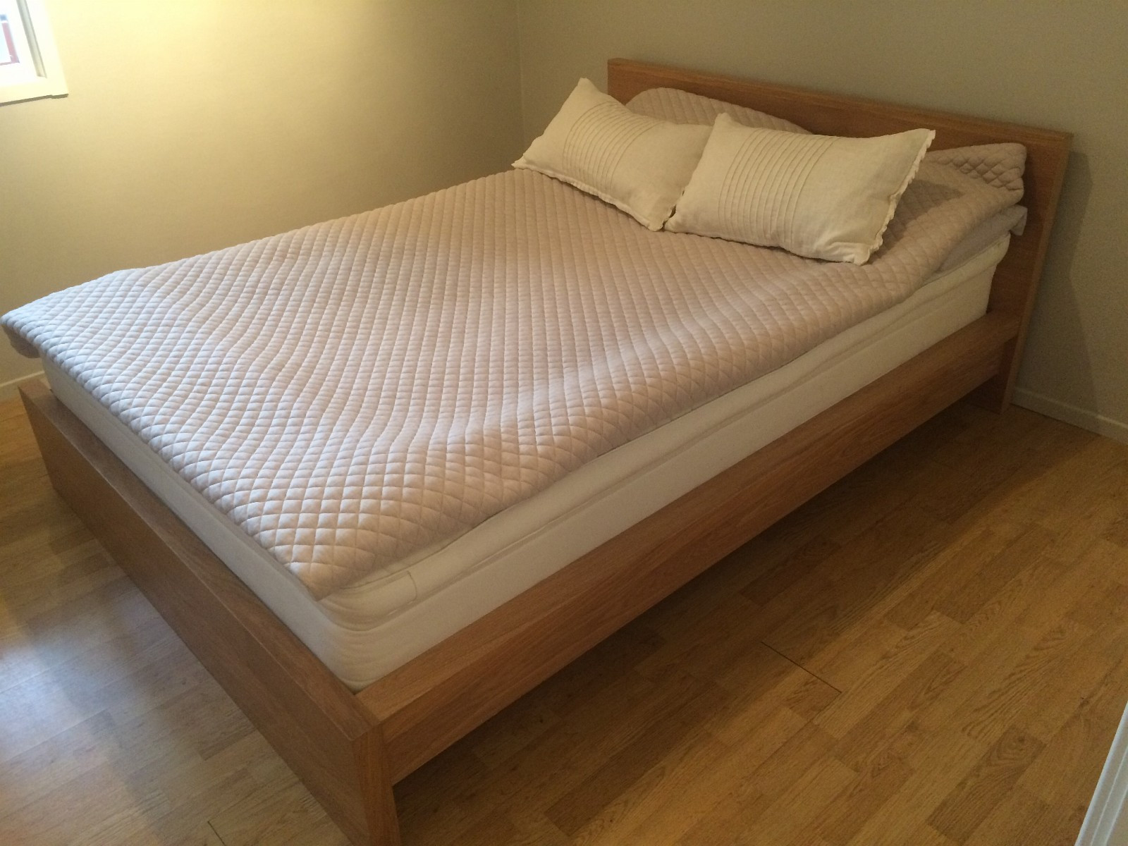 Pent brukt dobbeltseng selges - Oslo  - Pent brukt seng selges grunnet flytting.  Sengen selges uten madrass.  Tilhørende nattbord medfølger som kan monteres til seng.   B: 140 cm. L: 210 cm.   Må hentes. - Oslo