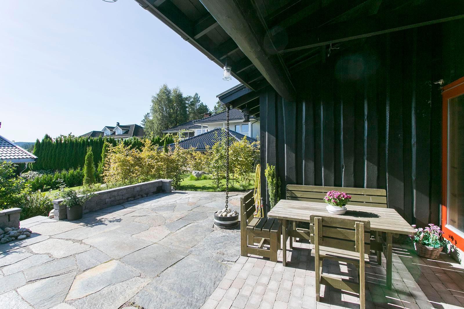 solrik-og-skjermet-terrasse-utenfor-stuen