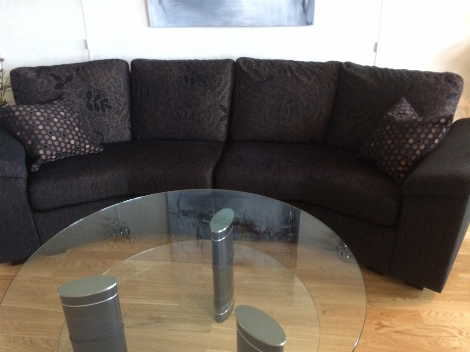 Choice sofa, 4 seter. - Bergen  - 1år gammel, røykfri, uten slitasje. Brunsvart med mønster på ryggputene. Kjøpt på Fagmøbler. - Bergen