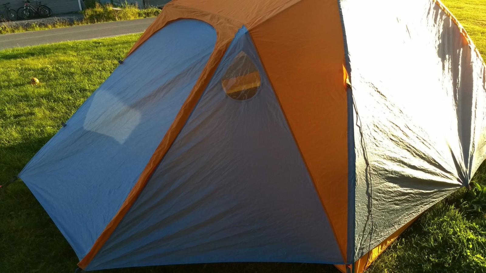 Marmot Limelight 4P - Kvaløya  - Perfekt, men lite brukt 4-mannstelt selges.  Teltet er et romslig 3-sesongers telt med god takhøyde. Veldig enkelt å sette opp, komfortabelt å bruke og lett å ta med. Kan også brukes med bare innerduk, som med sine store mesh-flater føre - Kvaløya