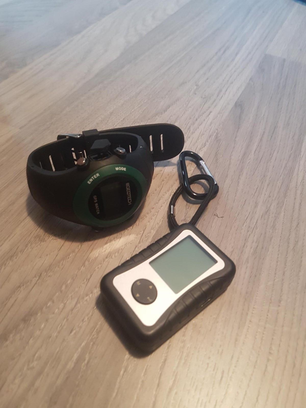GPS Klokke og Locator - Spongdal  - GPS Locator + GPS klokke selges.   Aldri vært brukt  Som man ser på bildene, så virker disse.   - Klokken er oppladbar - Locatoren har AAA batteri.   Litt usikker på igangsettelse av disse, men dette finner man lett - Spongdal