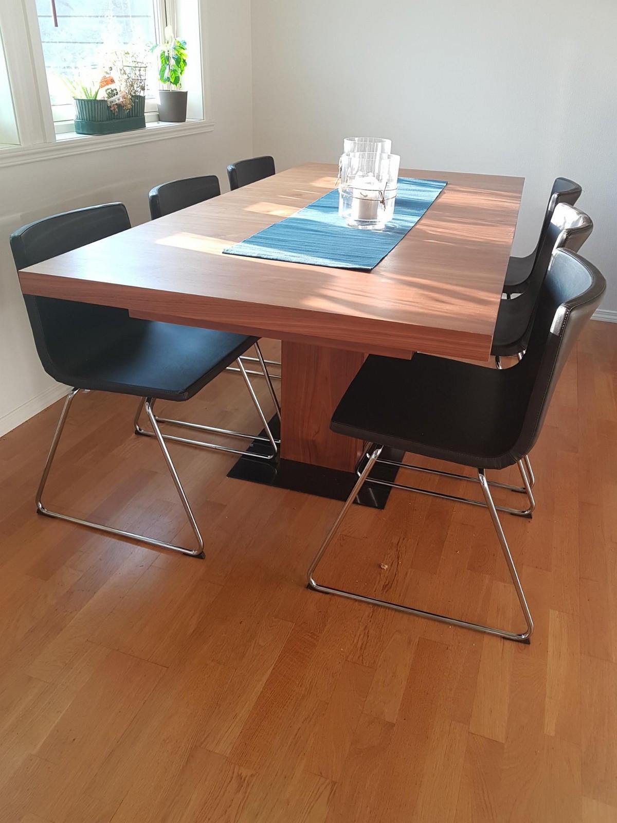 Brooklyn Spisebord - Lindås  - Stort spisebord med illegsplate inni. Par små skader, se bilder. Mål kommer. - Lindås
