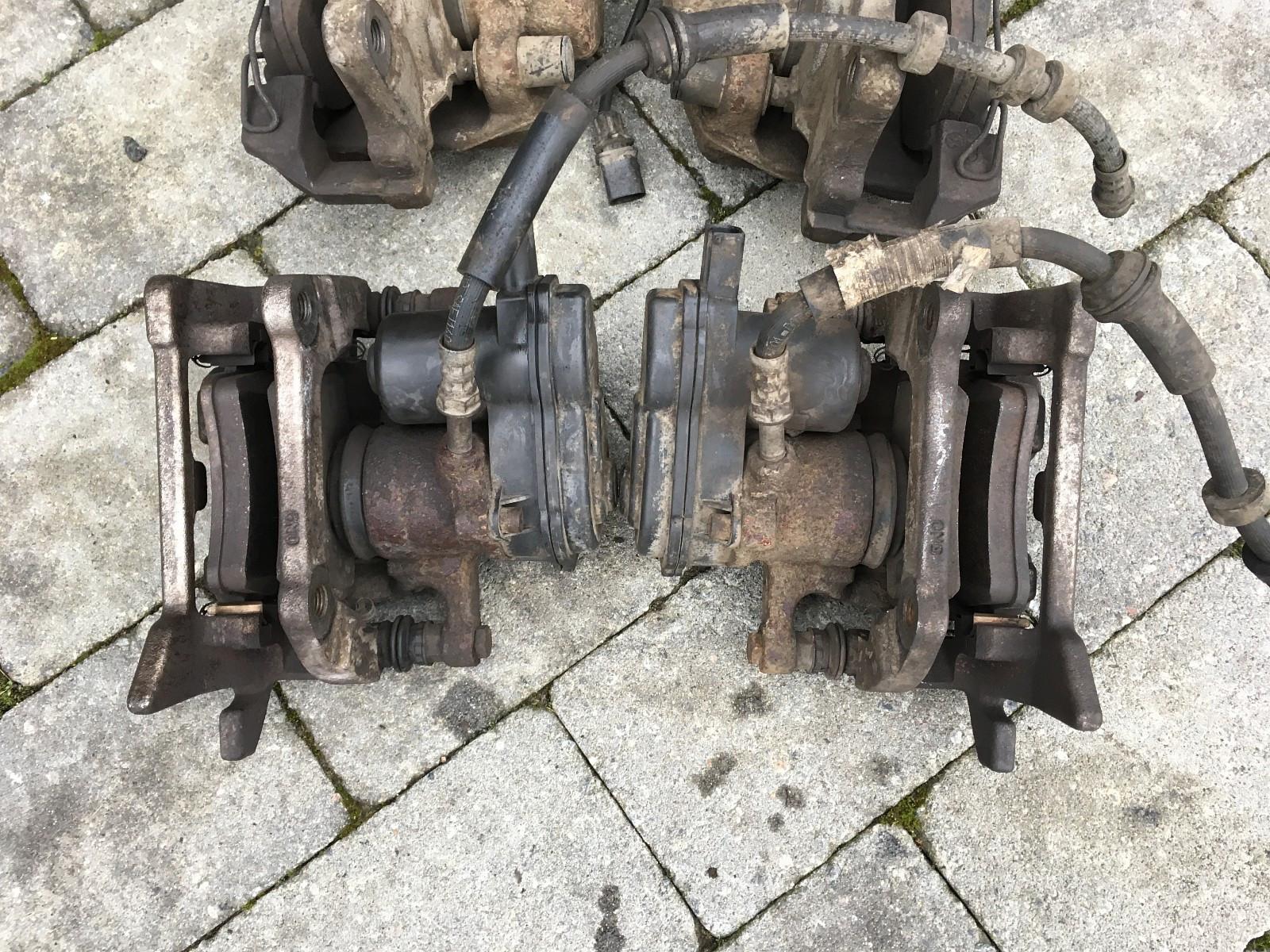 Originale bak bremser til Audi A4 B8 - Kjeller  - Originale bak bremser til Audi A4 B8  Bakre bremse kalippere med håndbrekk motor. Følger også med skiver og klosser. Bremsene satt på en Audi A4 B8 med 300mm skiver bak og ble oppgradert til større bremser etter kj - Kjeller