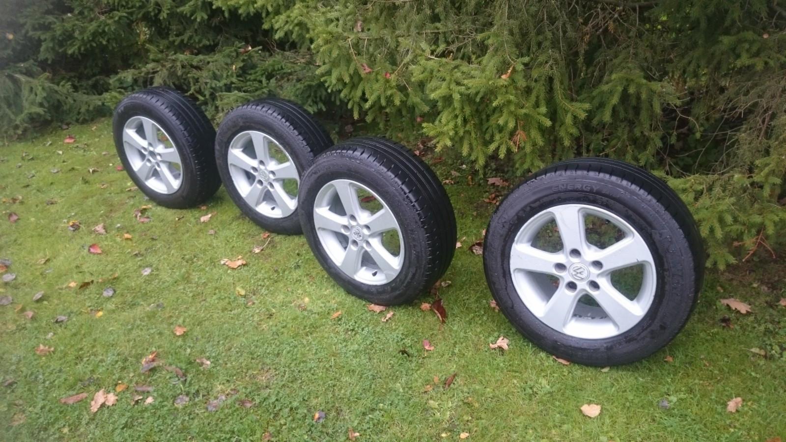 195/65/15 stått på VW passat 2001 - Stokke  - 195/65/15 komplette hjul. Michelin dekk med mye mønster, på 2 dekk 5mm og på 2 4.5 mm igjen. 5x112 ø57.1  Passer VW Audi og flere biler. - Stokke