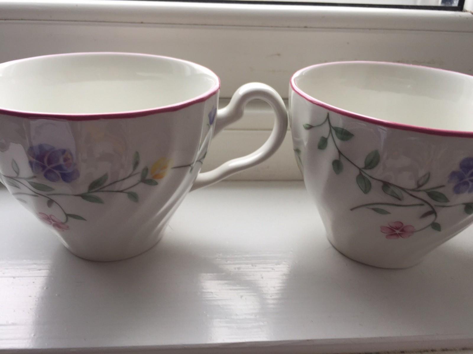 Servis til salgs! KUN 150kr for ALT! 8 stk kopper/ tallerkener osv - Mandal  - Søtt servis til salgs! :-)  8 kopper   8 små tallerkener til å ha koppen på  8 tallerkener   KUN 150kr for ALT!    Send meg en melding/ mail :-) &# - Mandal