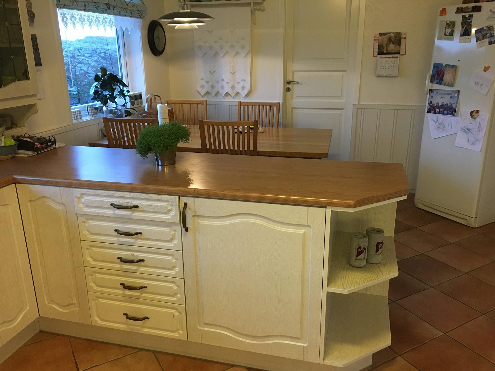 Brukt kjøkken, kalket eik, - Tælavåg  - Brukt kjøkken av god «Dansk Tvis» i kalket eik. kjøkkenet er ikkje demontert endå , ipåvente på nytt, benkeplate mål er 7,10 m totalt, vegg med vask og komfyr er 3,5 m - Tælavåg