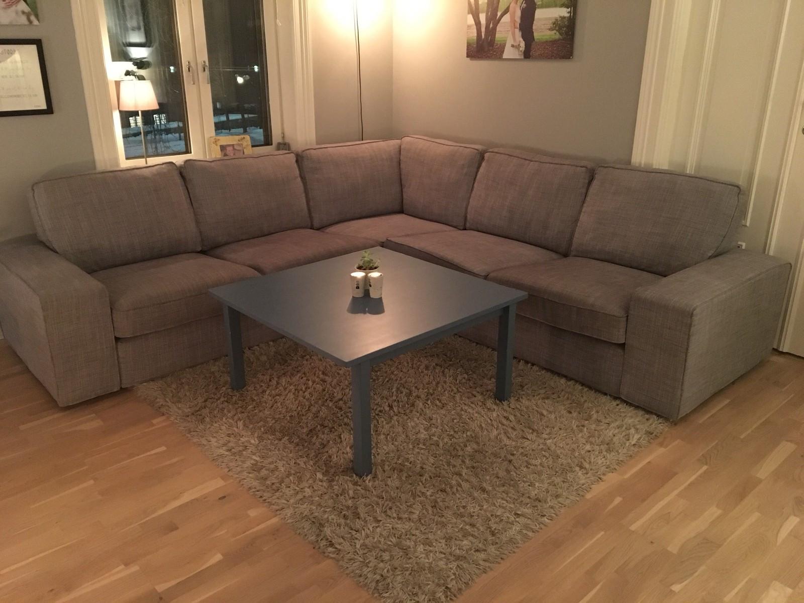 Kivik hjørnesofa - IKEA - Oslo  - Kivik hjørnesofa fra IKEA.  Sofaen er ca 2.5 år, kjøpt 09.06.2015. Sofaen er i god stand og har meget god passform. Trekket kan lett tas av sofaen og renses. Stoffet heter isunda grå.   Størrelse:   Høyde: 83cm Bredde høyre: - Oslo