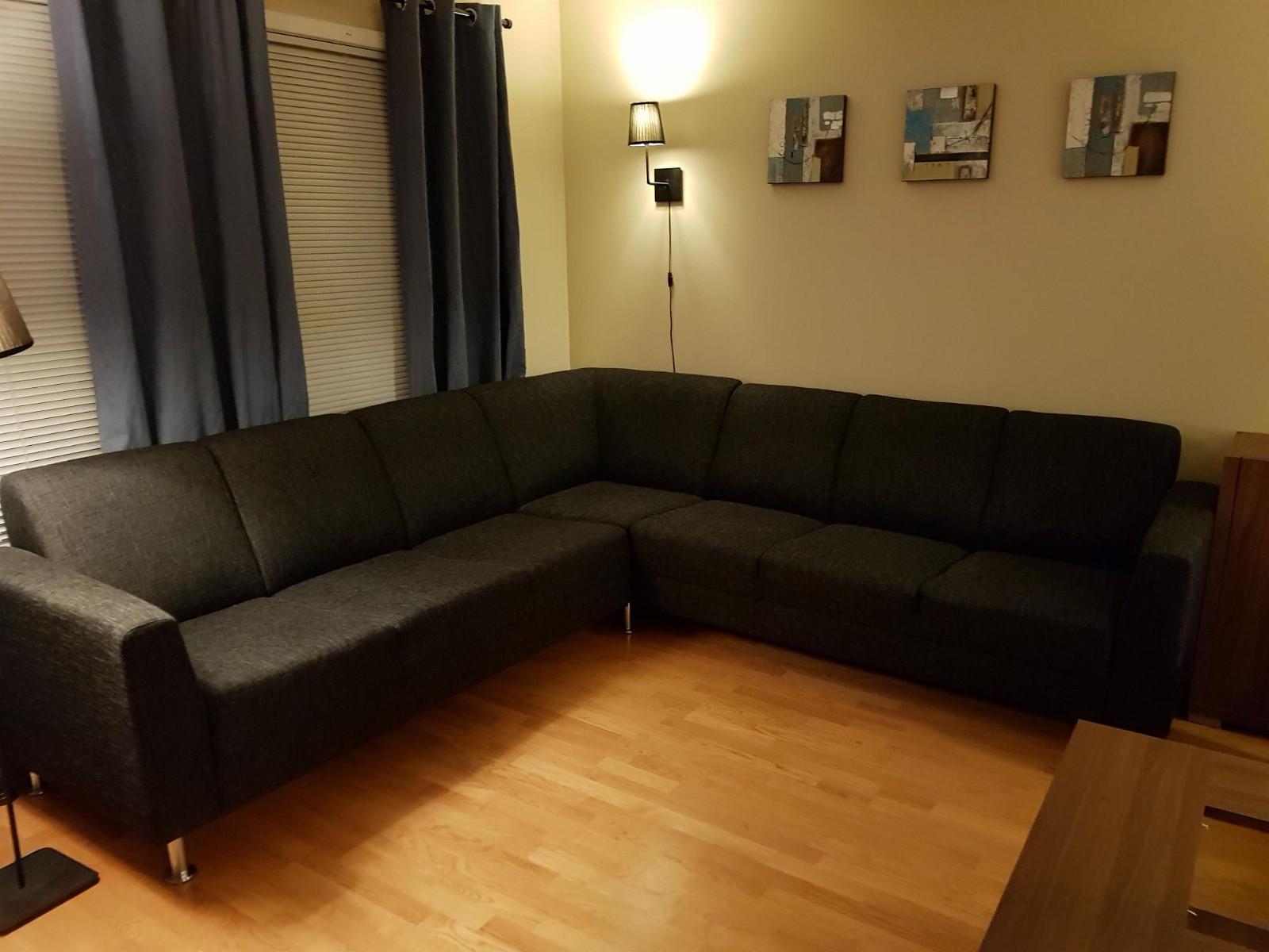 Hjørnesofa og stol selges rimelig - Rasta  - Pent brukt sort hjørnesofa med lenestol selges billig. Må hentes snarest. Mål sofa 3.55 x 3.55 m. Matchende lenestol. - Rasta