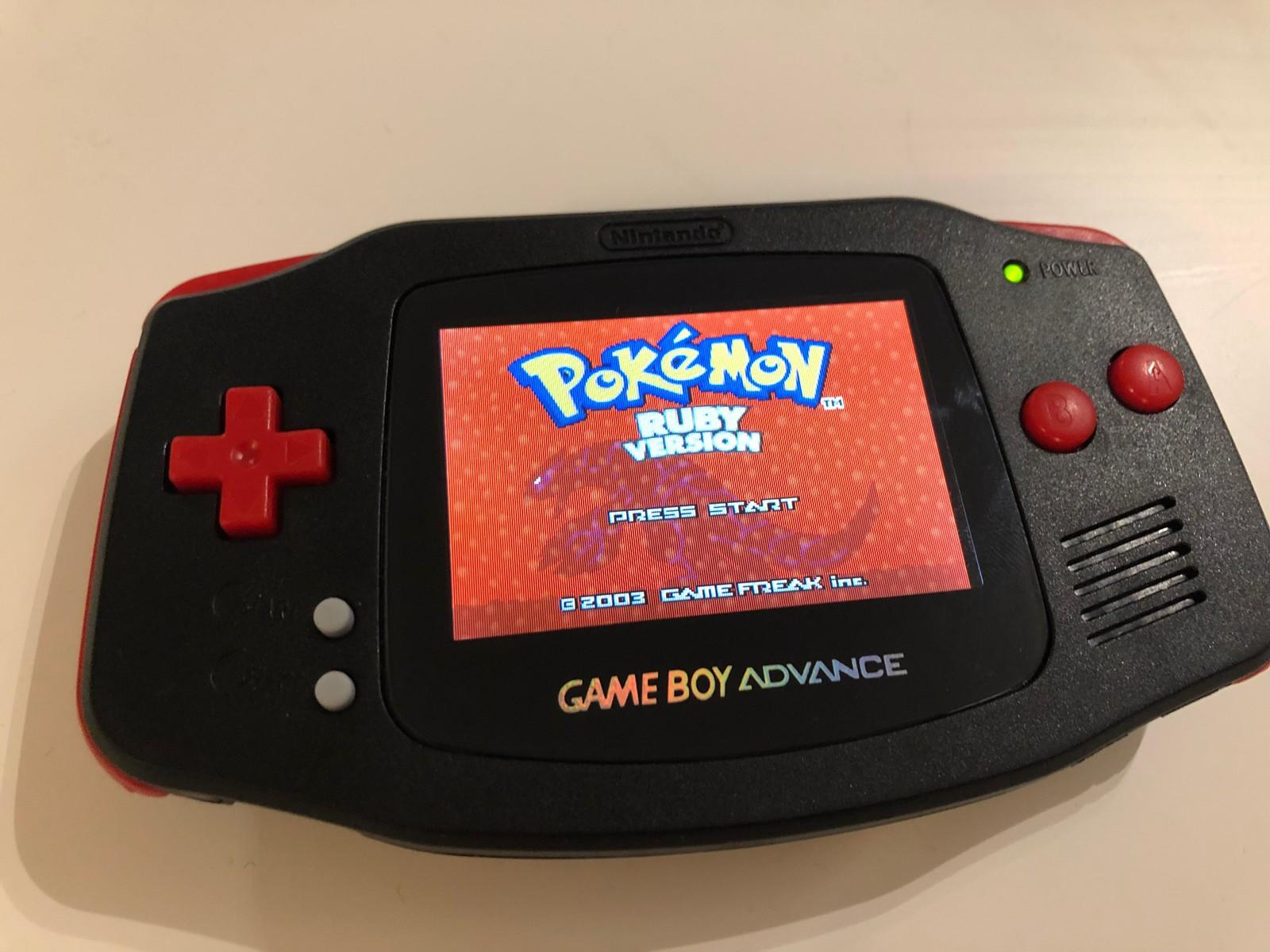 Gameboy Advance AGB-001 AGS 101 Mod - Oslo  - Hei!  Jeg selger bort en modifisert Gameboy Advance originalversjon. Konsollen har jeg selv installert en AGS-101 skjerm på fra en Gameboy Advance SP. Om en skal spille Gameboy spill på en konsoll, så er denne det ypperligste du får! - Oslo
