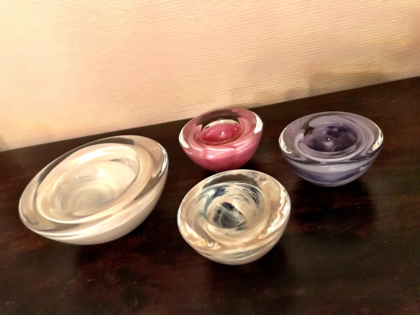 Kosta Boda skål og telysholdere - Oslo  - Kosta Boda skål i hvitt (16 cm) + 3 telysholdere (hvit, rosa, lilla) selges samlet. - Oslo