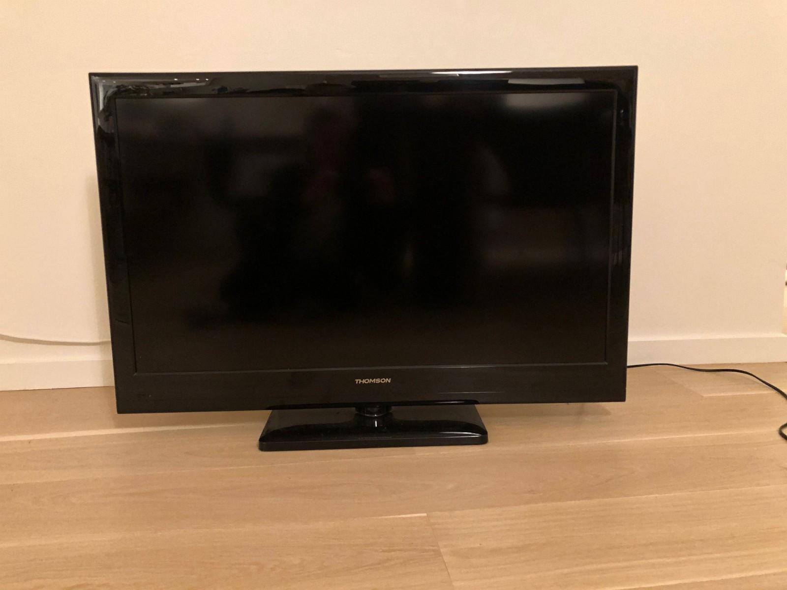 Thomson TV 40'' - Oslo  - Thomson 40'' TV med tilhørende fjernkontroll gis bort mot henting.  TVen fungerer som normalt, men den skrur seg av og til på av seg selv. - Oslo