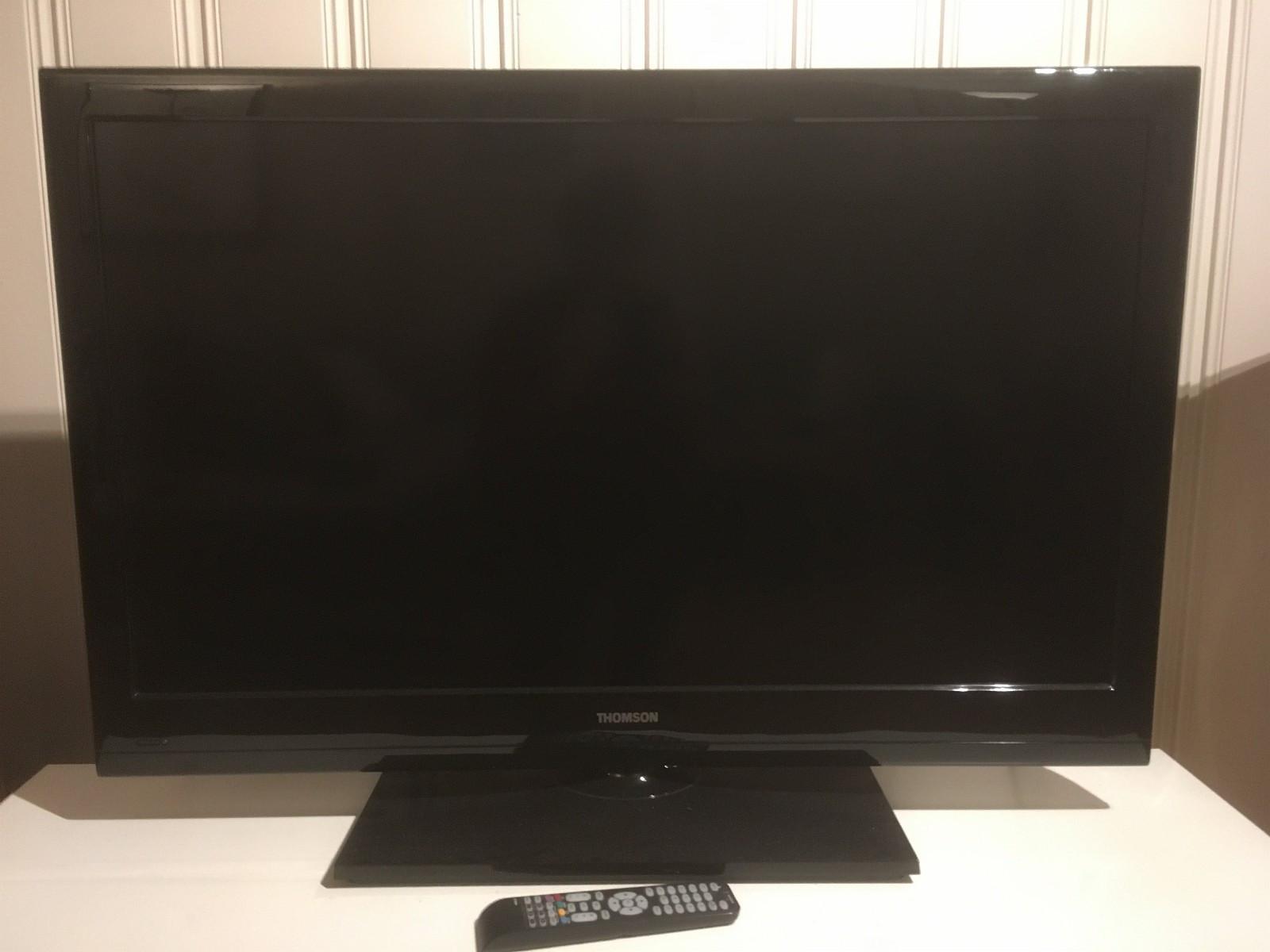 """Thomson 40"""" full HD TV m/Chromecast - Trondheim  - Pent brukt Thomson 40FS3246 LCD TV selges komplett i original emballasje.  I tillegg medfølger Chromecast, som lar deg strømme fra Netflix, NRK nett-tv, Spotify osv.  TVen har en rekke inngangsmulighter, for eksempel  - Trondheim"""