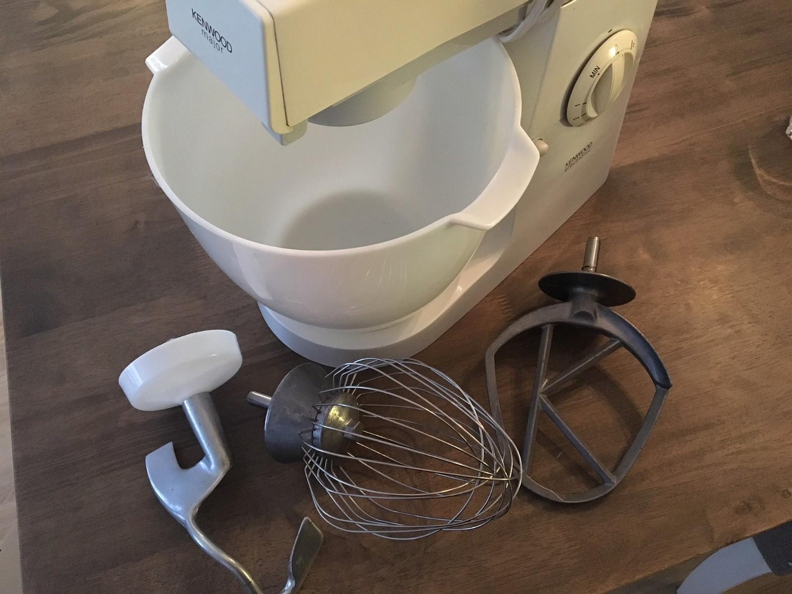 Kenwood-kjøkkenmaskin – et must på kjøkkenet - Moss  - Kenwood Major-kjøkkenmaskin selges. Godt, men pent brukt. Fungerer slik den skal og er effektiv og robust. Et must på kjøkkenet.   Eltekrok, ballongvisp og k-spade medfølger, alle i stål.   Ny ligger denne på mell - Moss