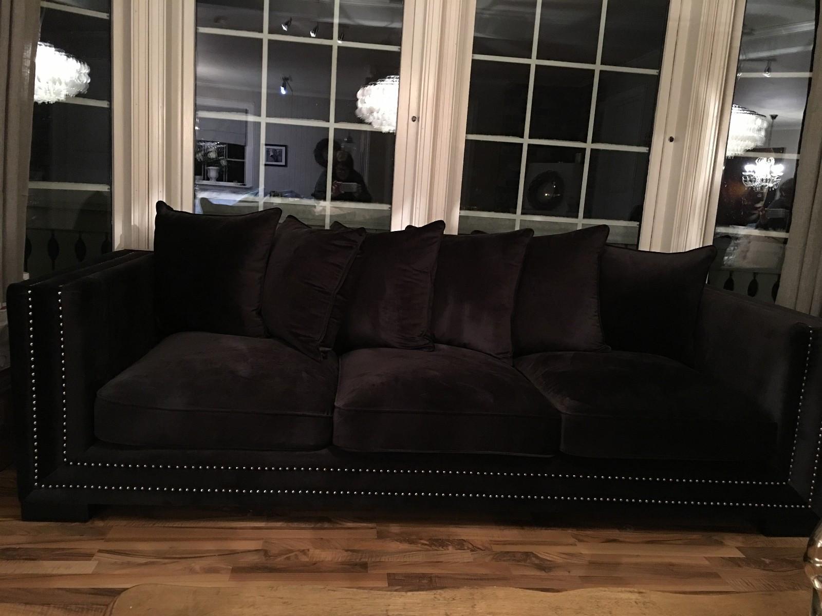 """Sort velour sofa fra Classic living - Jevnaker  - Manhattan 3 seter sofa (sort velour) fra Classic living selges. Pris hos classic living kr 11.900,-.  Lengde: 250 cm Dybde: 100 cm Høyde: 75 cm  Ubrukt kun stått til """"pynt"""" - Jevnaker"""