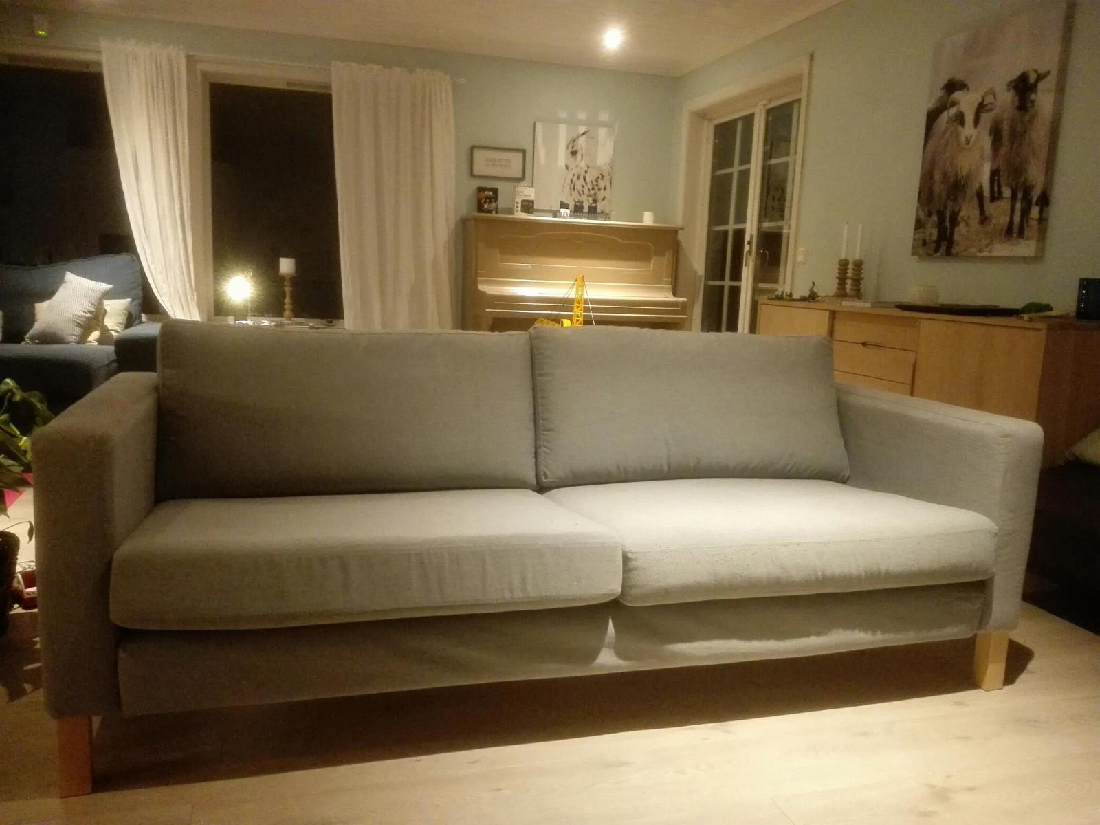 Sofa Ikea Karlstad 3seter - Hordvik  - Sofa i grei stand, 2år gammel. trekkene kan taes av og vaskes. Har ikke blitt vasket før så trenger en vask nå.  - Hordvik