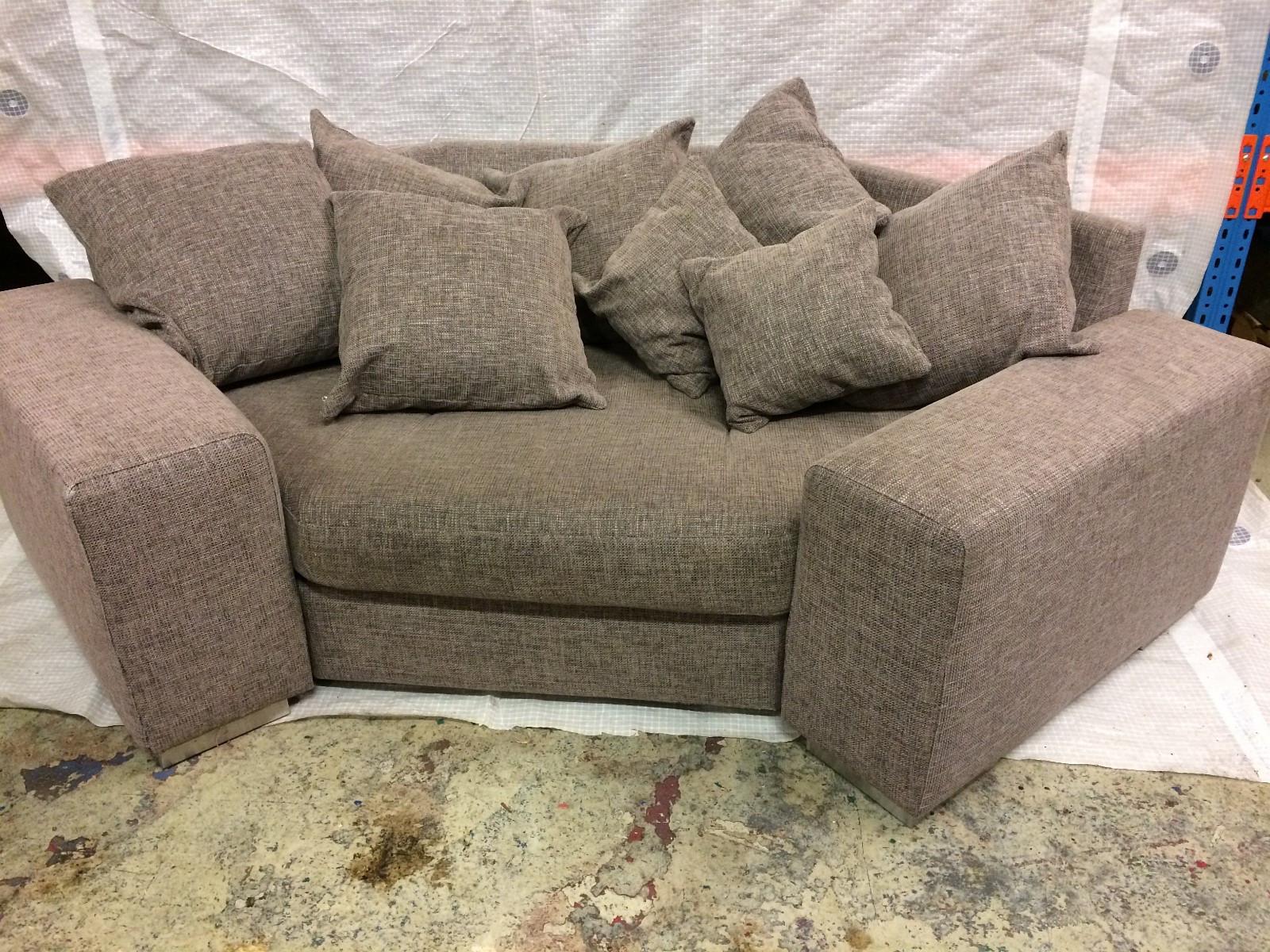 Unik kompakt stol / sofa selges - Sola  - Har for salg en meget kjekk og pen kompakt sofa. Den er kjempeartig og huser barna til tv, kos eller annen underholdning. Her kan man nyte tid sammen, ta med mor, far, søster eller bror og tilpasse komfort med sofastolens mange puter.  &#10 - Sola