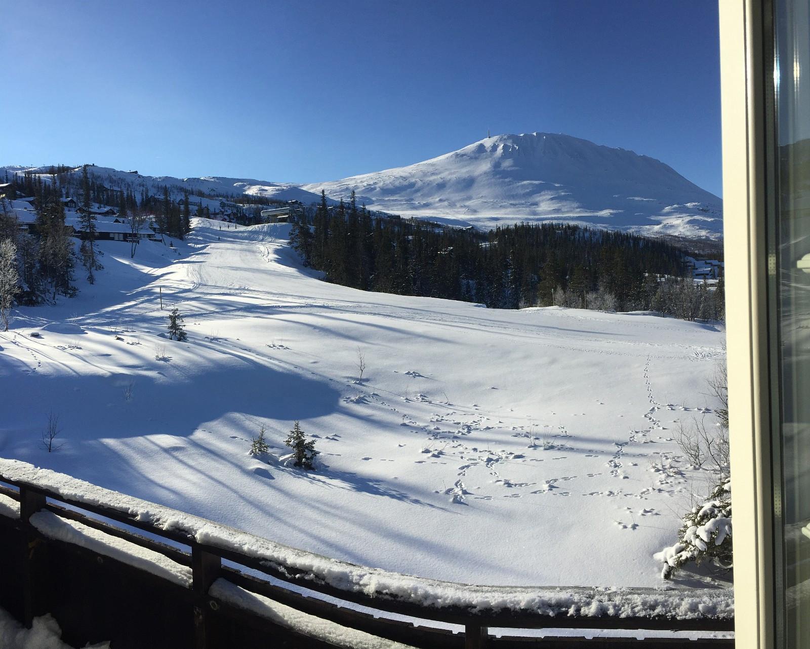 utsikt fra balkong til alpinbakke og Gaustatoppen