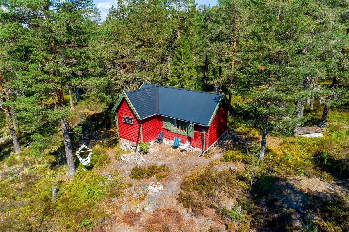 Privatmegleren ved Magnus Landgraff har gleden av å presentere denne sjarmerende og enkle hytten med plassbygde løsninger og solrik beliggenhet ved Lampetjern.