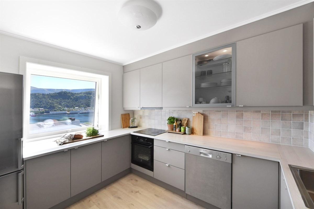 Kjøkkenet har rikelig med skap, benke- og skuffeplass. Det er også plass til et lite spisebord i rommet.