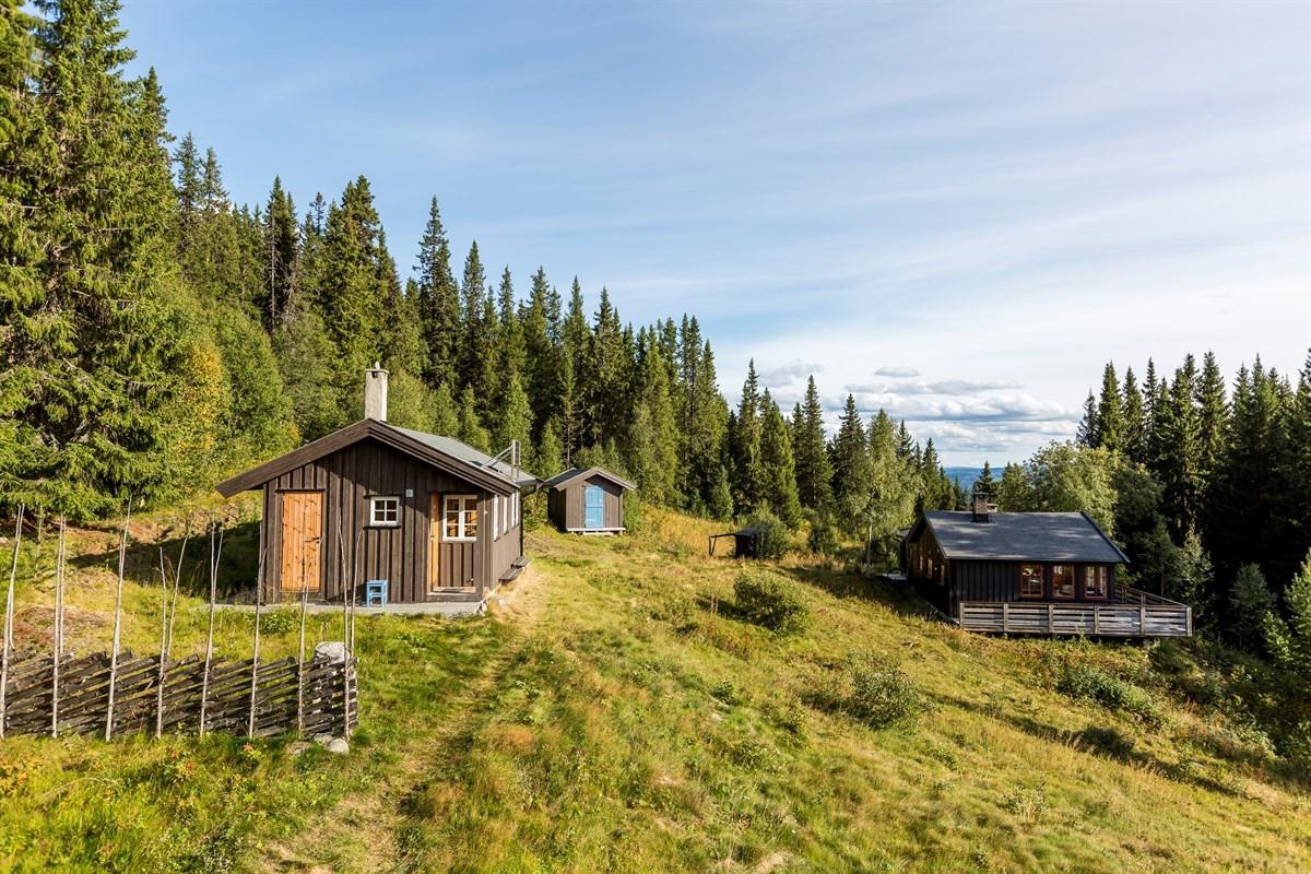Velkommen til Heimstølbakkin 6 og 7. Et romslig hyttetun bestående av to hytter og et uthus