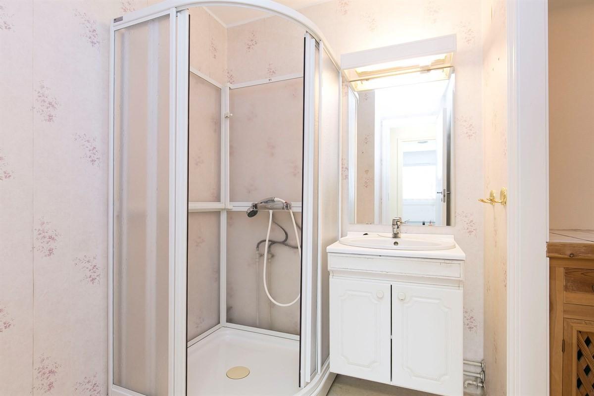 lyst-og-trivelig-bad-med-inngang-til-vaskerom