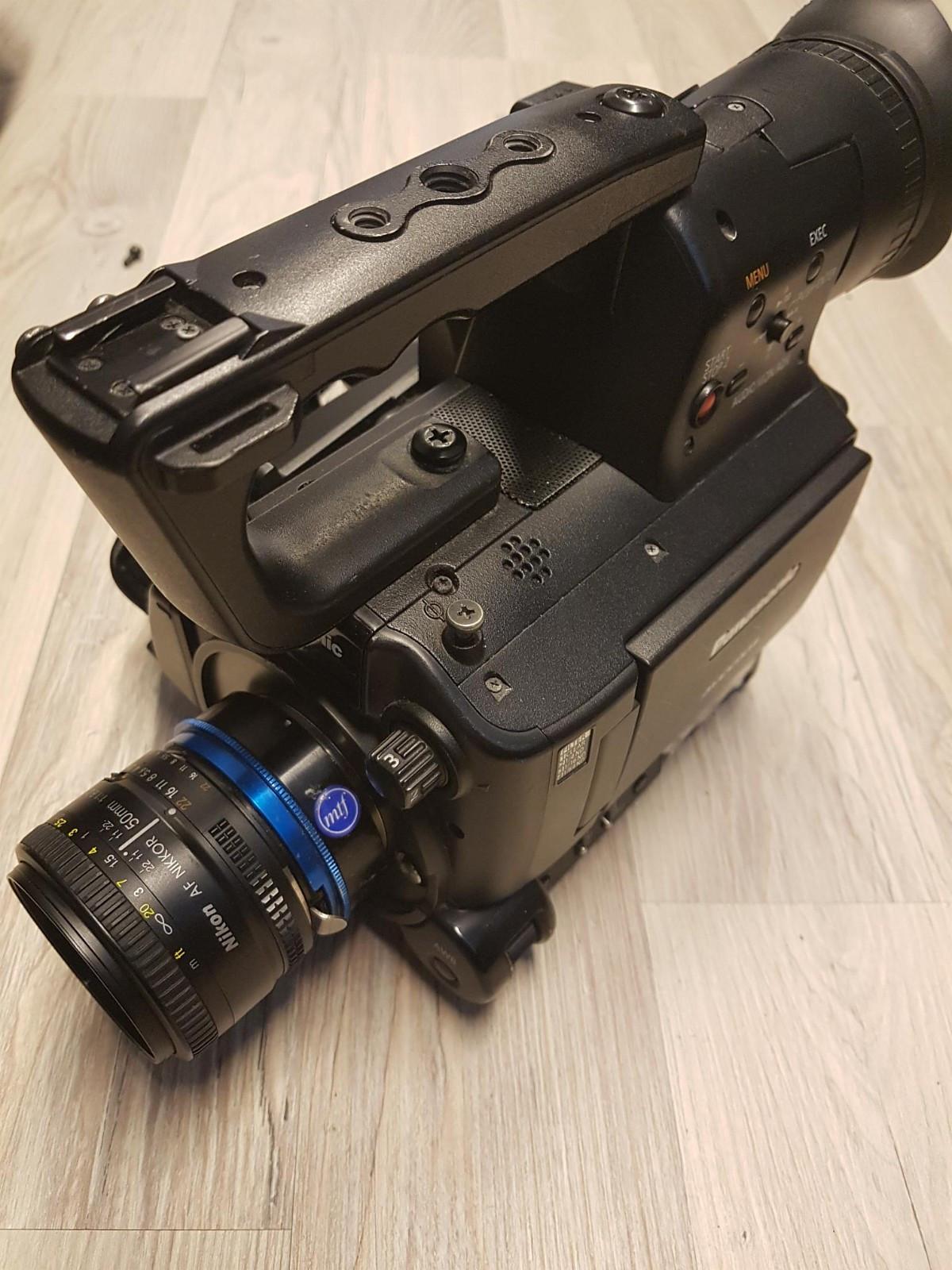 Panasonic AG AF100 m/ mtf adapter + 2 objektiv - Frekhaug  - Godt brukt HD-kamera med adapter for Nikon-optikk. Medfølger Sigma 20mm 1,8 og Nikon 50mm f 1,8. To batterier, lader og strømadapter. Godt pakket i Pelican 1550 koffert. Hentes i Bergen.  Selger to kameraer som kan selges samlet til en god p - Frekhaug