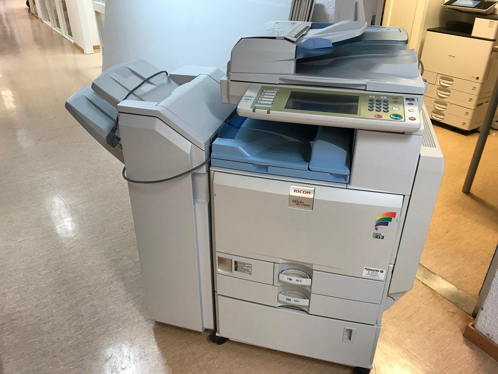 Scanner / Printer / Kopimaskin - Narvik  - Ricoh mulitimaskin Aficio MP C2500 gis bort mot henting. Kan kobles mot nett og fungere som nettverksskriver, scanne til epost m.v. Farge og Sort Hvitt. Maskinen har ikke vært i bruk på en stund, men fungerte sist gang den var i bruk. Må hen - Narvik