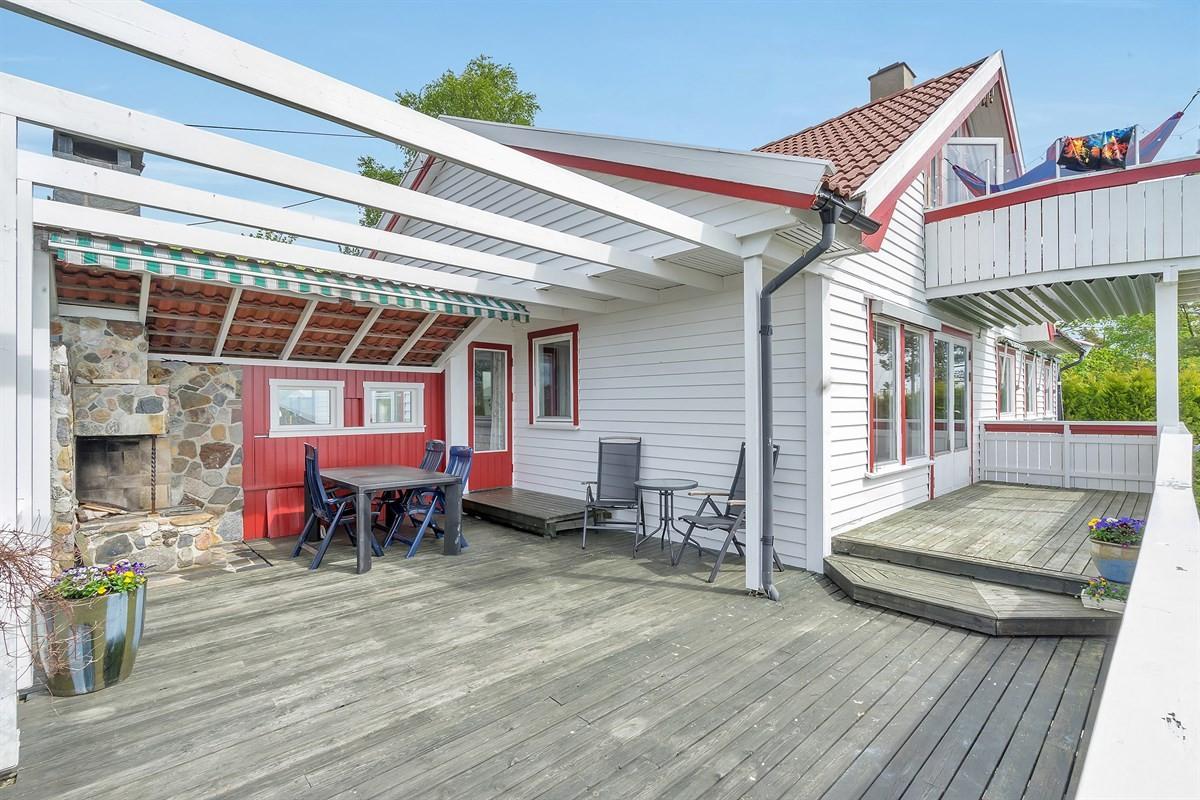 overbygd-veranda-med-peis