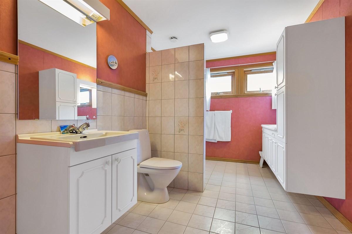 bad-med-dusjhjorne-og-opplegg-til-vaskemaskin