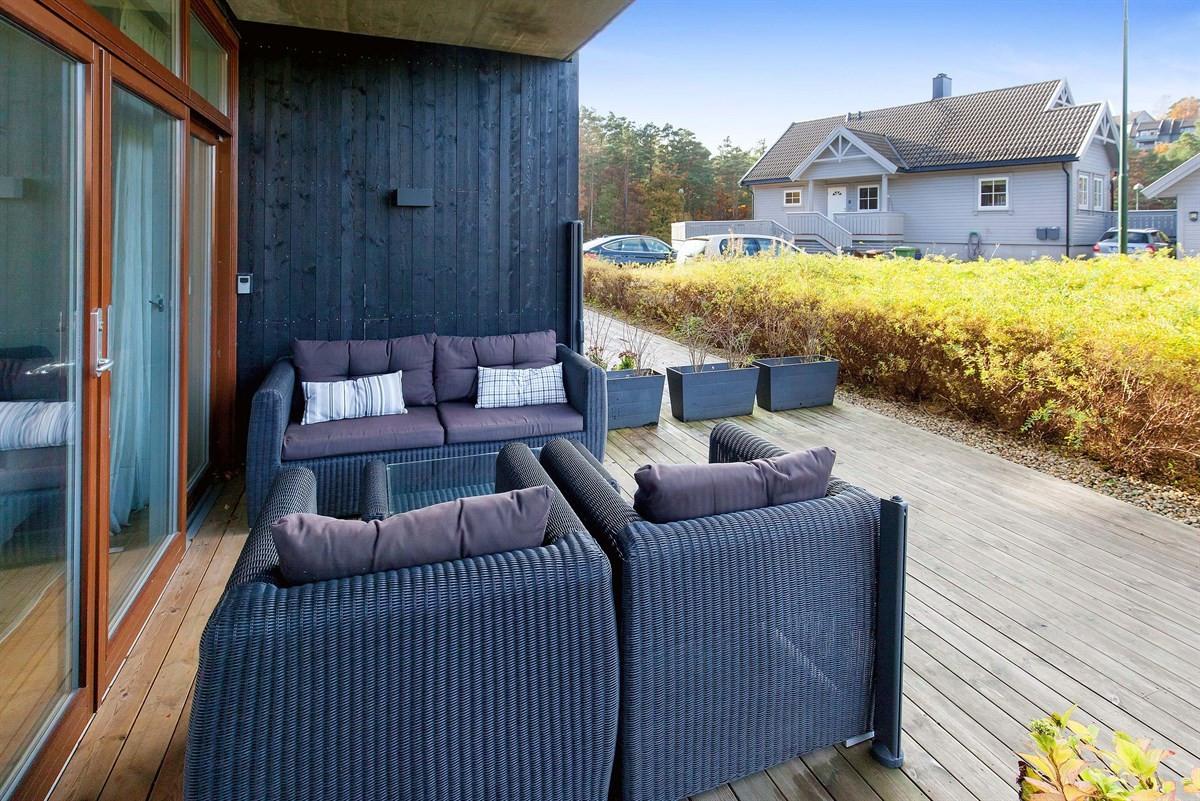 stor-solrik-terrasse-delvis-overbygd