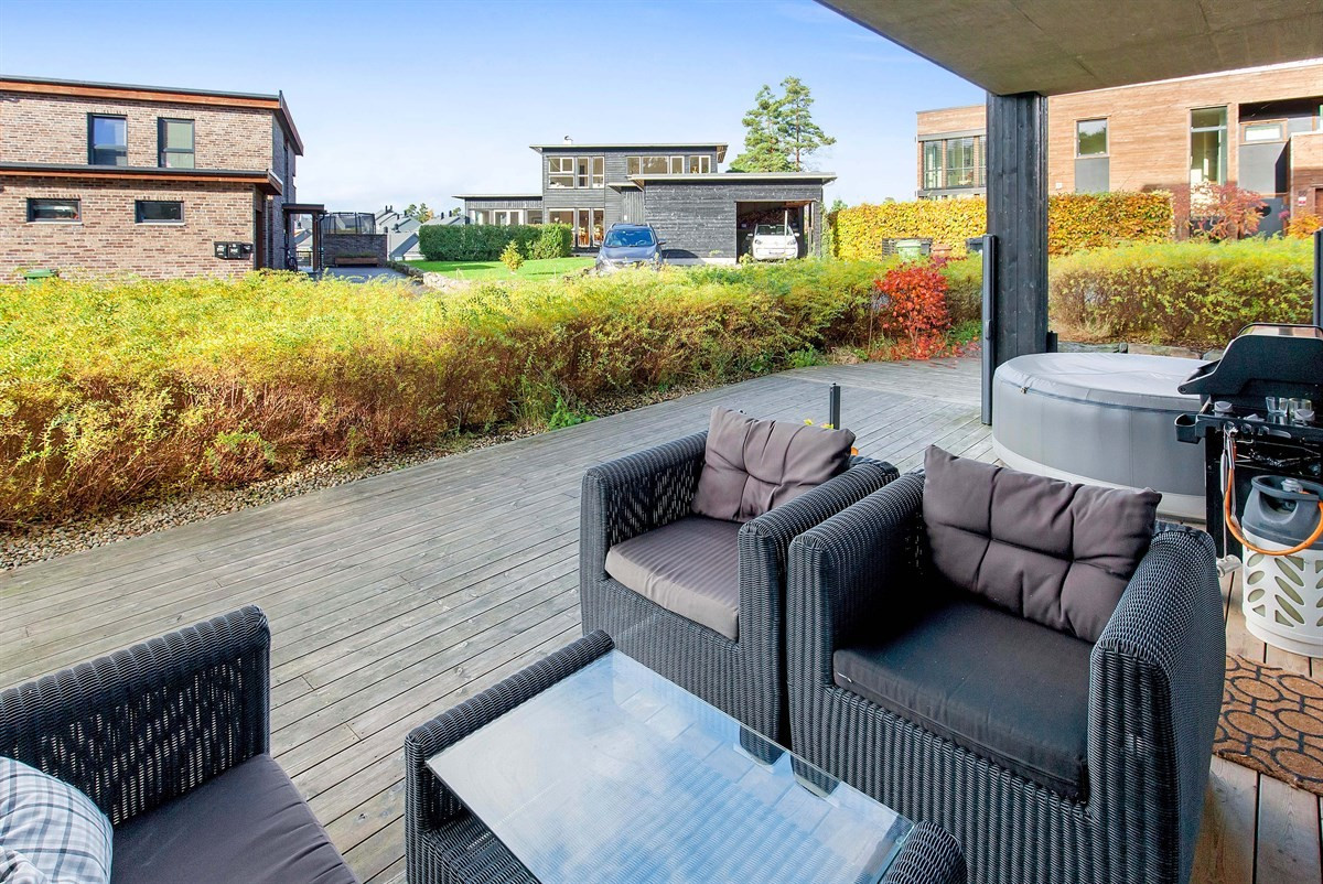 stor-solrik-terrasse-delvis-overbygd-etablert-og