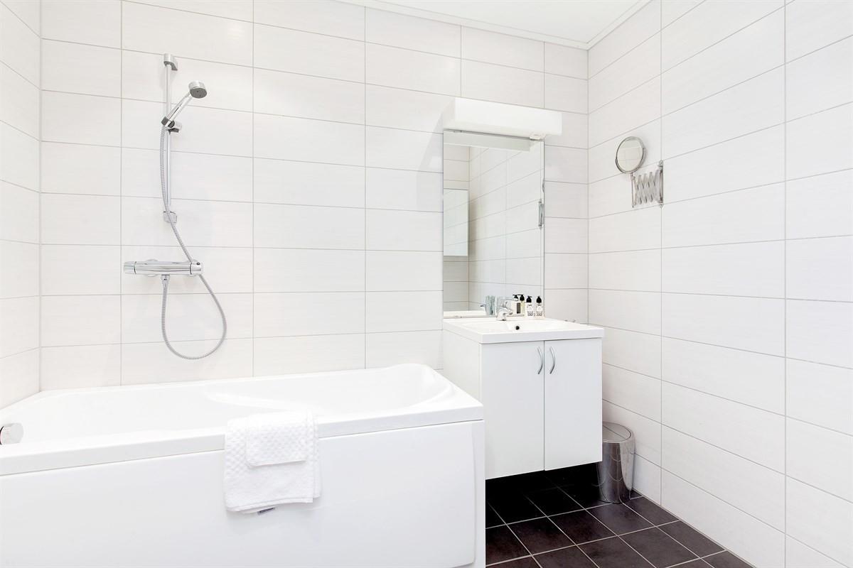 pent-fliselagt-bad-med-badekar-og-varmekabler