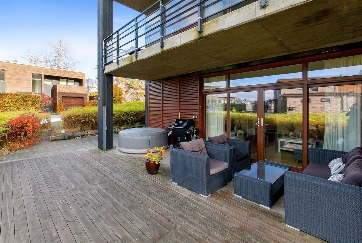 stor-solrik-terrasse-rundt-hele-leiligheten-delvi