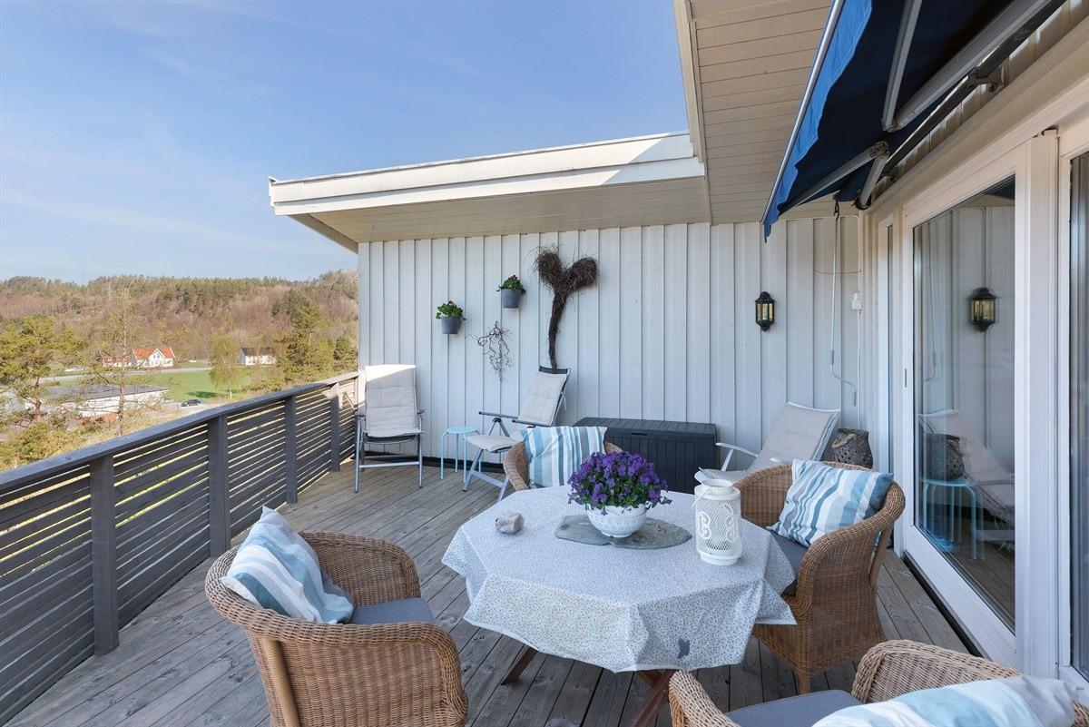 fra-terrassen-ut-i-fra-stuen-gode-solforhold-og-fin-utsikt