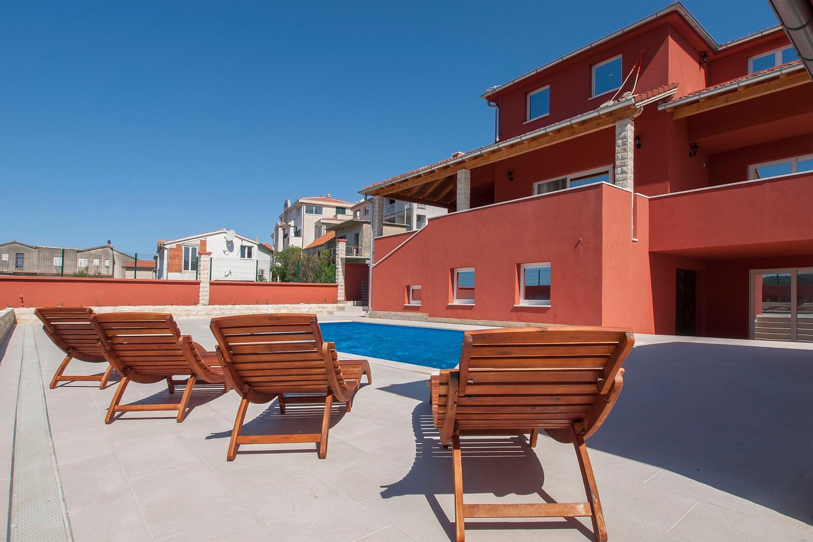 rikelig med solplasser rundt bassenget og på terrassene