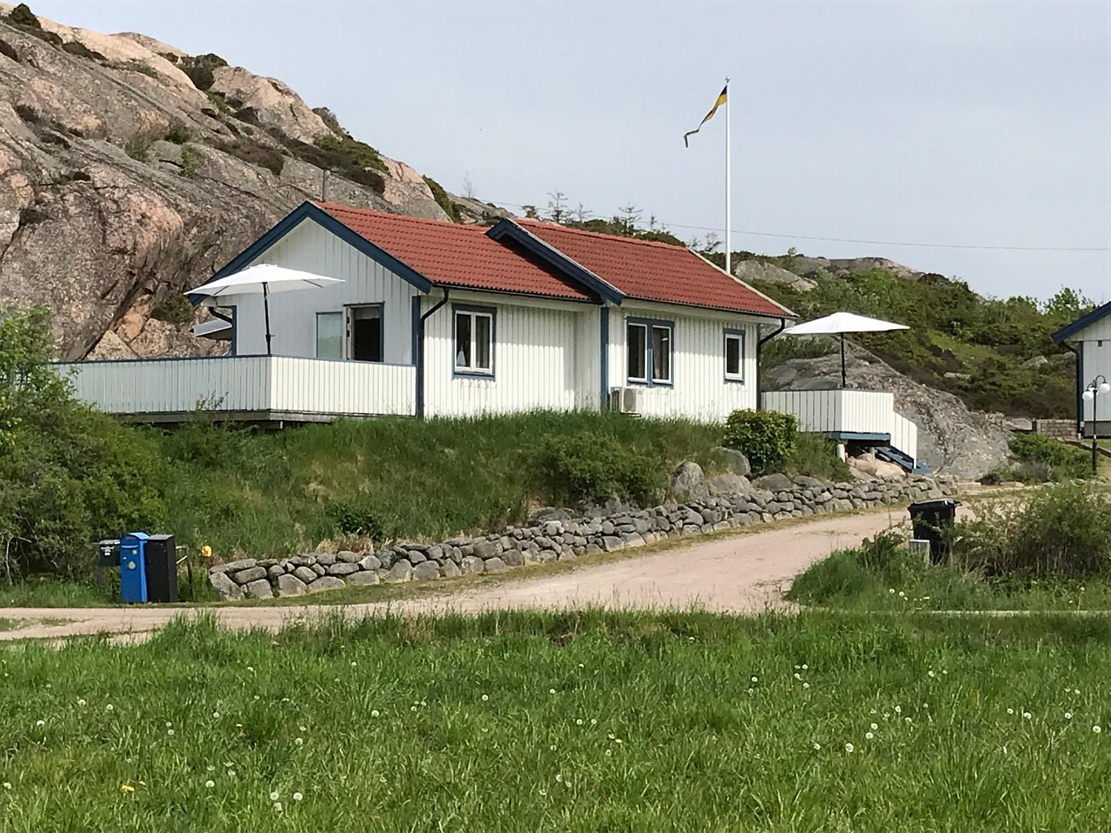 Velutstyrt gjestehus i Bohuslän tilbys familier med medlemmer på både to- og fire ben ;-)  Huset har to solrike altaner for henholdsvis morgen-/formiddags-/ettermiddags-/kveldssol