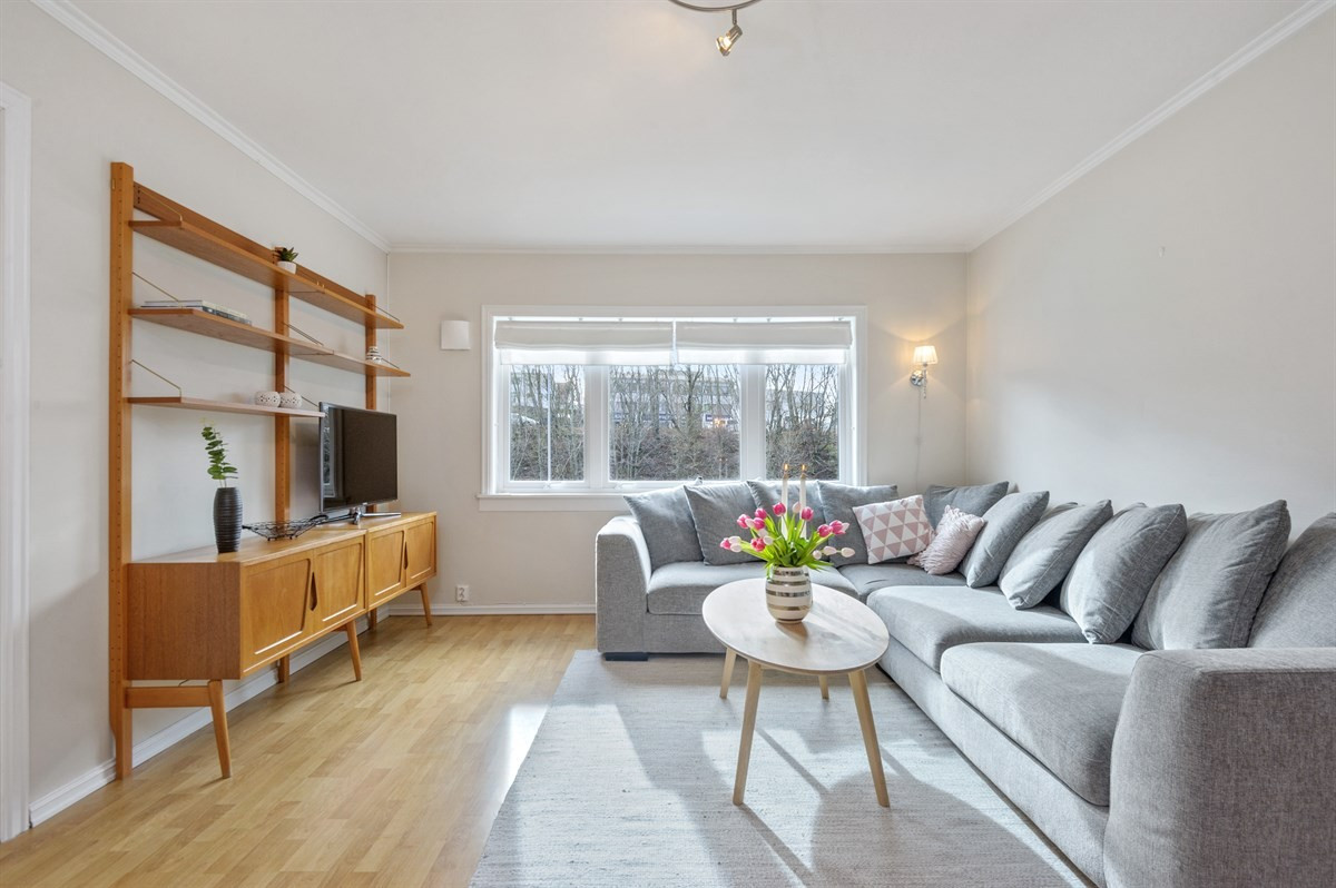 Leiligheten har en romslig stue med god plass til møblering.