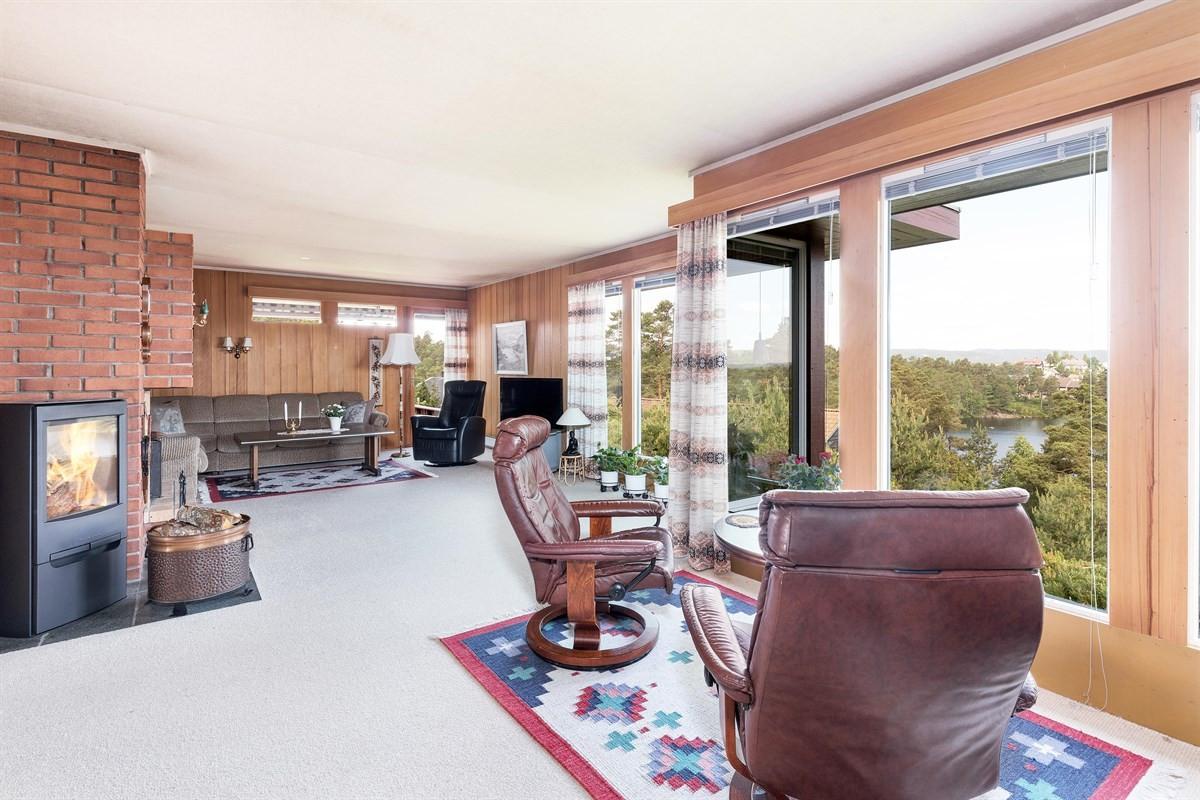fra-stuen-er-det-utg-til-veranda
