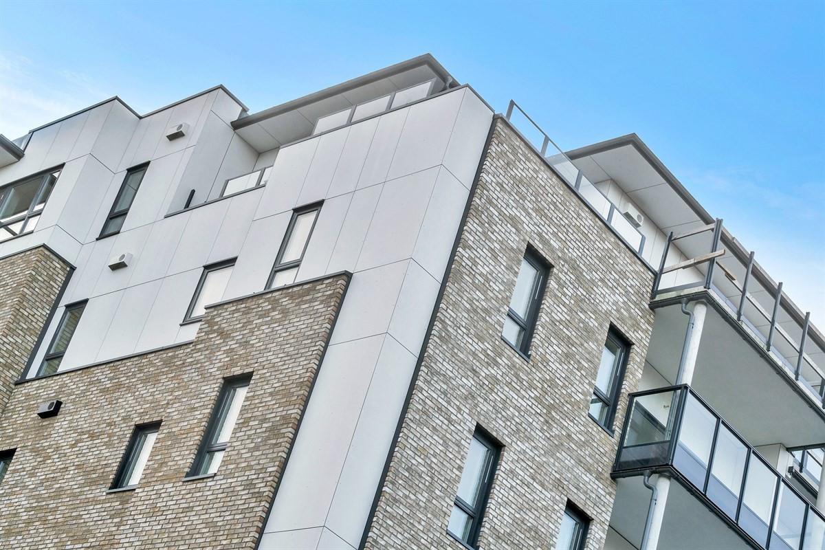 fasade-i-en-kombinasjon-av-tegl-og-plater