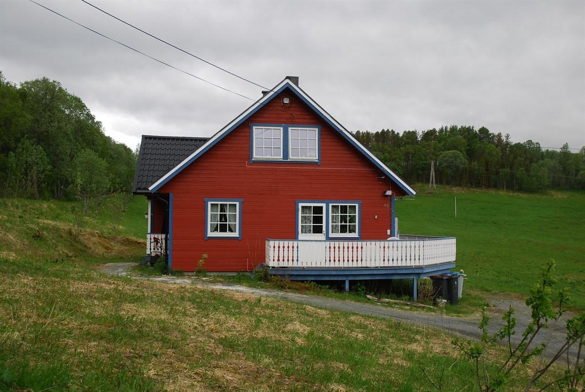 - Velkommen til Gratangen og denne flotte eiendommen i Hågveien 45 med over ett mål tomt.