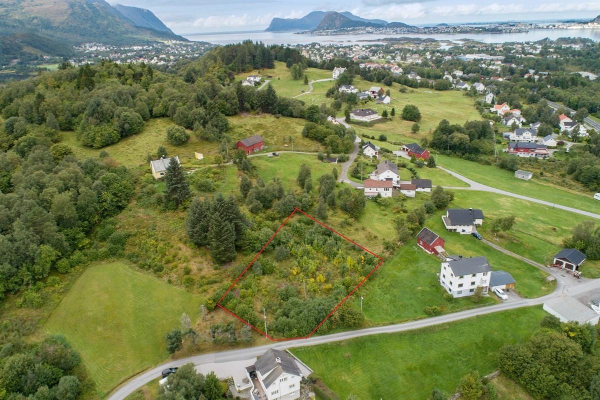 Stor boligtomt med gode solforhold ca 3 km fra Langevåg sentrum.