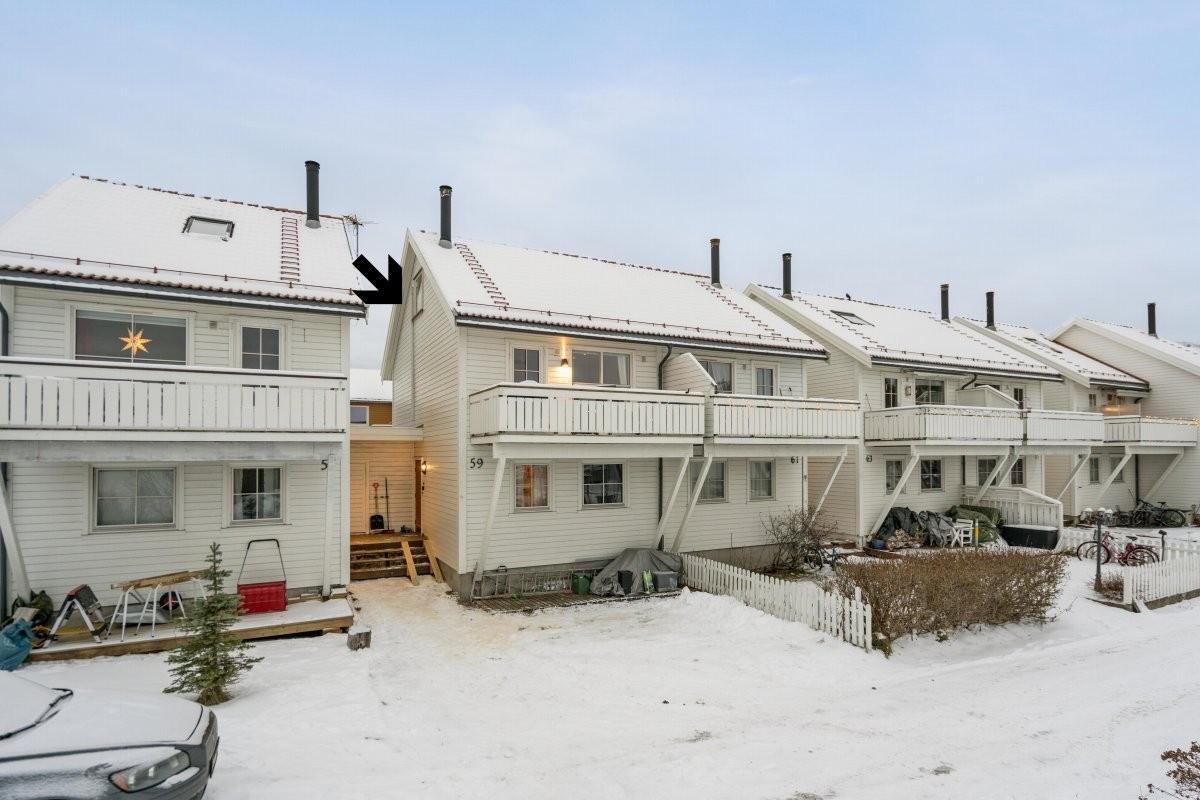 Trollbjørnveien 59 er et pent og innbydende rekkehus over to etasjer og loft