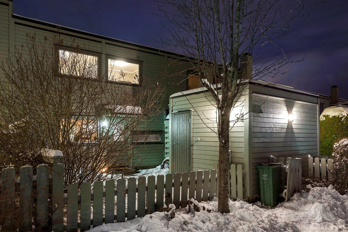 PrivatMegleren Lillestrøm ønsker velkommen til dette godt vedlikeholdte rekkehuset over to plan med to flotte uteplasser