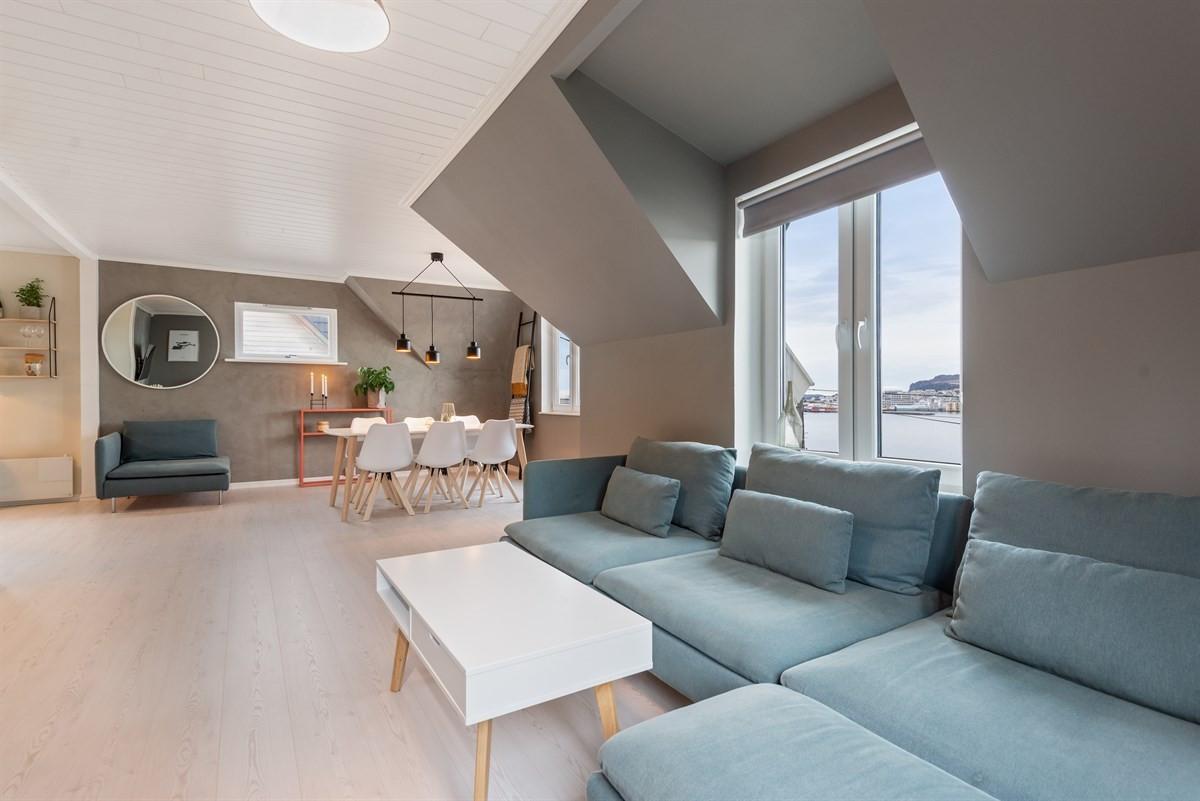 Velkommen til Kaptein Lingesveg 136 - Dette er en smakfull og innholdsrik leilighet i en vertikaltdelt tomannsbolig sentralt på Hessa.